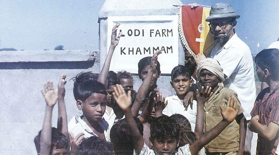 La nostra prima azione risale al 1965: siamo in India, Khammam - Lodi Farm. Abbiamo realizzato una fattoria dotandola di bestiame, di macchine agricole e di pompe per l'irrigazione.
