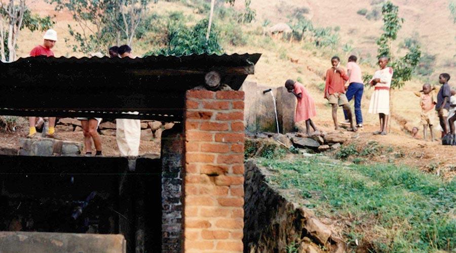 Nel 1987 inizia la nostra lunga storia in Ruanda con la costruzione dell'acquedotto di Muhura.