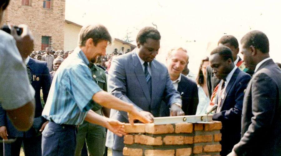 Nel 1994 siamo presenti anche durante i drammatici mesi della guerra civile in cui i nostri acquedotti continuano a funzionare e permettono che non venisse meno un bene prezioso come l'acqua. Dopo 30 anni siamo ancora a fianco del popolo ruandese con progetti di sviluppo.