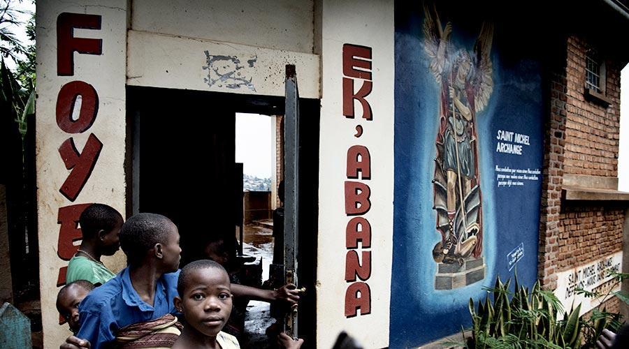 Nel 2001 grazie al carisma di Natalina Isella viene fondata Ek Abana in Congo, centro di accoglienza per bambine abbandonate e accusate di stregoneria.