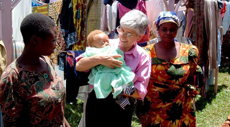 """Nel 2008 la nostra volontaria in Congo Natalina Isella viene insignita del premio """"Donna dell'anno"""" per l'impegno a fianco delle bambine accusate di stregoneria."""