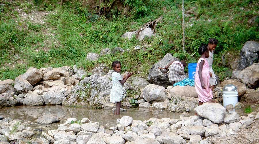 """È il 2013 quando ad Haiti viene inaugurato il """"modello AQUAPLUS"""": un progetto che prevede interventi sia di tipo idrico che di supporto all'agricoltura affinché si migliorino le condizioni di vita della popolazione locale."""