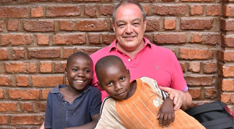 Antonio Colombi insieme alle bambine di Casa Ek'Abana